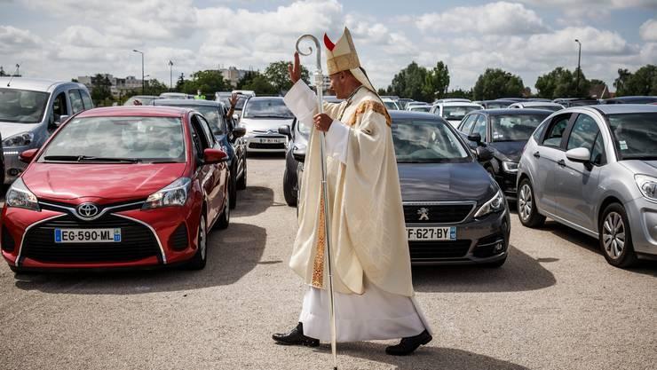Auf dem Parkplatz statt in der  Kathedrale: In Frankreich führt der Bischof François Touvet Gläubige durch eine  Open-Air-Messe.