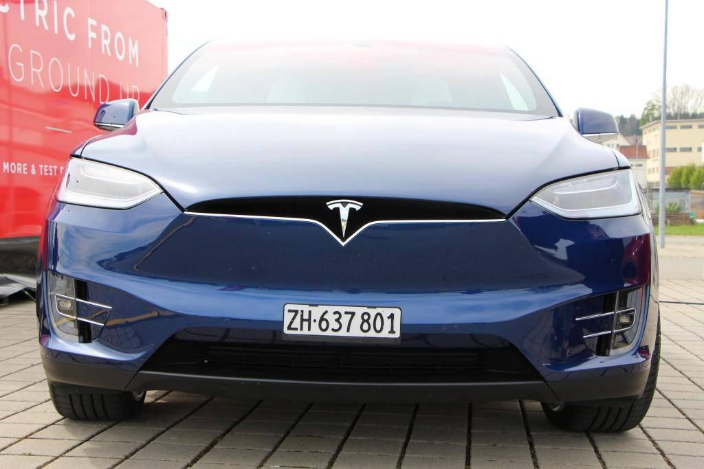 Das Model X in blau. (© FM1Today / Celia Rogg)