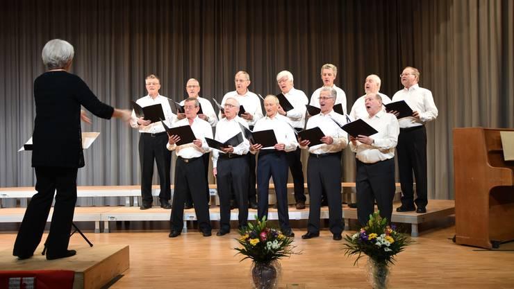 Die Dirigentin des Frauenchors dirigiert für einmal auch ein Dutzend Männerstimmen, damit das Jubiläumskonzert des Frauenchors Birmensdorf noch schöner ausfällt.