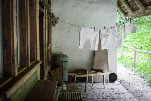 Vor dem Hauseingang hängt die Unterwäsche zum Trocknen.