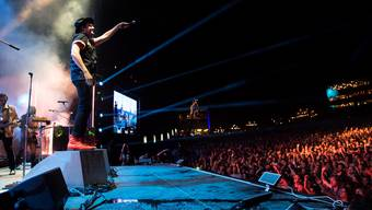 Arcade-Fire-Sänger Win Butler feiert die Schweizer Fans in Nyon. KEYSTONE