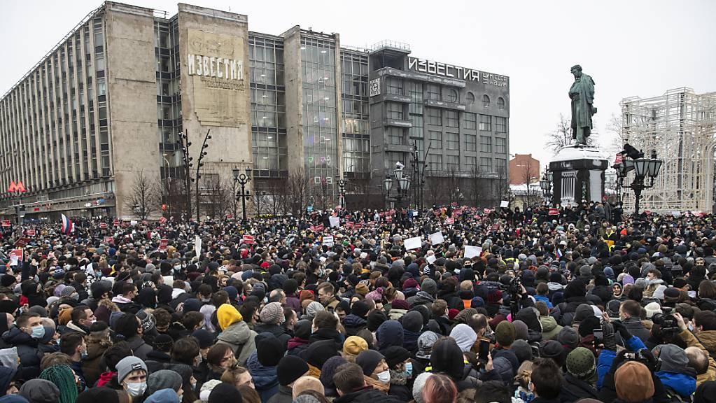 Zahlreiche Menschen versammeln sich auf dem Puschkin-Platz in Mokau während eines Protestes gegen die Inhaftierung des Oppositionsführers Nawalny.