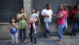 Ein schweres Erdbeben hat am Dienstag den Nordosten Venezuelas erschüttert - selbst in der Hauptstadt Caracas rannten die Menschen auf die Strasse und warteten auf eine Beruhigung der Situation.