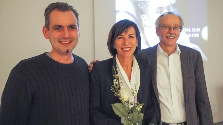 Präsident Massimo Fini (rechts) ehrt Michael Obrist und Verena Mayer für ihren langjährigen Einsatz. Foto: zVg