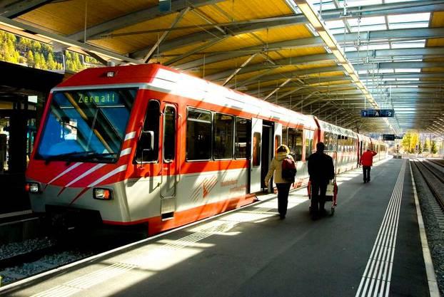 Die Züge sind immer noch locker besetzt - hier die Matterhorn-Gotthardbahn im Bahnhof Täsch..
