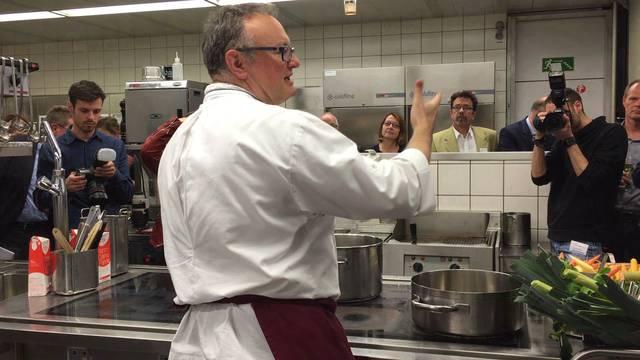 Suppe mit Pfupf und Gefühl: Hirschen-Wirt Albi von Felten aus Erlinsbach kocht fürs Publikum.