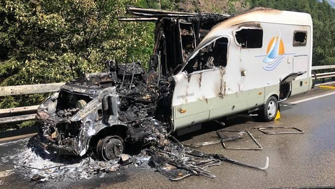 Ein Wohnmobil brennt auf der A2 bei Gurtnellen komplett aus.