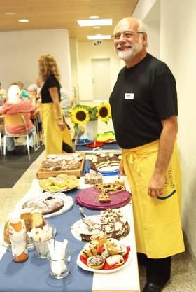 Philip Moser machte die feinen selbstgebackenen Kuchen und Torten den Gästen schmackhaft und verkaufte sie zu äusserst günstigen Preisen. Gebacken wurden die Kuchen von Ruedi Holzer, Jeanette Hitz, Carmela Füchslin und Tom Christen.