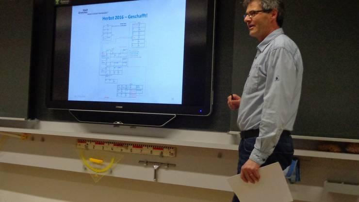Schulleiter Rolf Glaus erläutert an einer neuen elektronischen Wandtafel den Stand der Sek-I-Reform in Grenchen