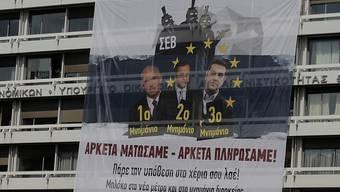 """""""Genug geblutet - genug bezahlt"""" steht auf dem Banner, das Protestierende vor die Fassade des Finanzministeriums in Athen gehängt haben."""