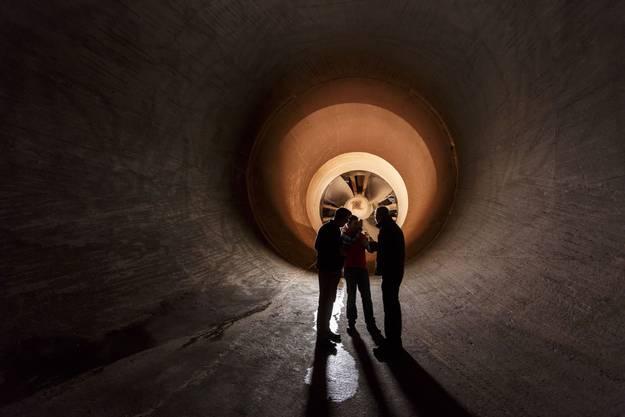 Besucher besichtigen die Rückseite des Turbinenraums