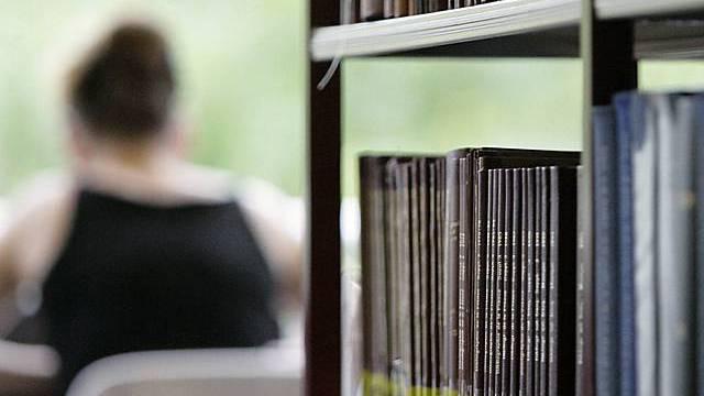 Studentin in Bibliothek (Archiv)