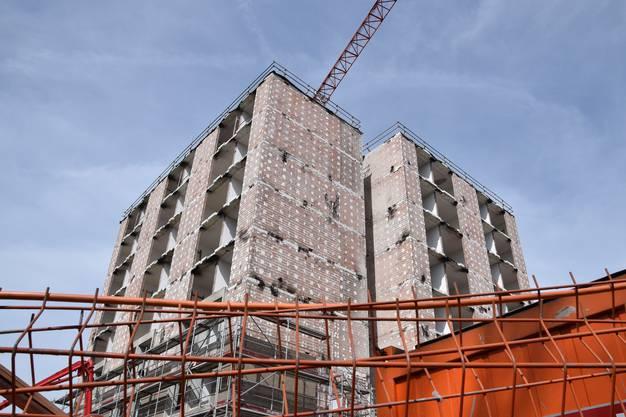 Das Grossprojekt «Akkord» in Brugg geht in die nächste Phase: Bauarbeiten im Alterszentrum-Hochhaus an der Fröhlichstrasse. Das sogenannte Gebäude K wird zuerst bis auf die Betonstützen und Decken rück- und in der Folge umgebaut.