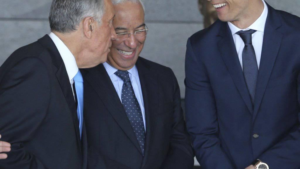 Scherzen an der offiziellen Umbenennung des Flughafens von Funchal: Staatspräsident Marcelo Rebelo de Sousa, Premierminister Antonio Costa und Cristiano Ronaldo