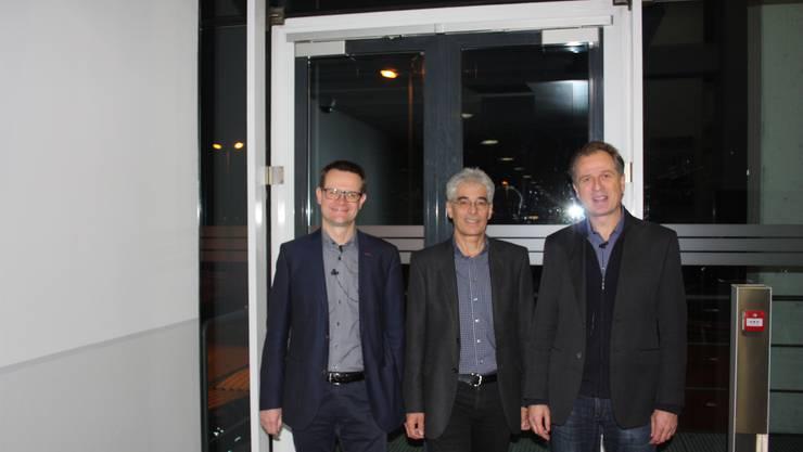 Martin Sennhauser, Energiefachstelle Baden, darf die beiden Referenten Peter Morf vom Hightech Zentrum Aargau AG (rechts) sowie Thomas Justus Schmidt vom PSI mit spannenden Vorträgen zur Photovoltaik und deren Zukunft begrüssen.
