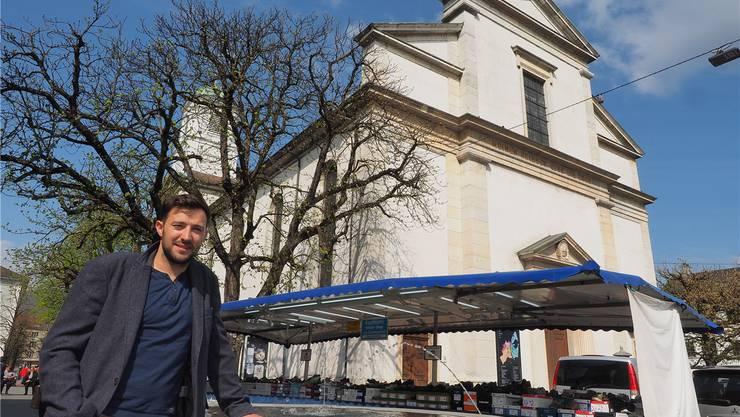 Mike Zettel steht vor einem möglichen Standort für eine Café-Lounge: links vor der Stadtkirche.
