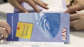 Die Regionalen Arbeitsvermittlungszentren (RAV) müssen über freie Stellen in Berufen mit hoher Arbeitslosigkeit vorab informiert werden. Der Bundesrat will die Kantone bei den Kontrollen, ob die Meldepflicht eingehalten wird, finanziell unterstützen. (Themenbild)