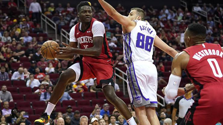 Houstons Schweizer Center Clint Capela (links) versucht den Ball an Nemanja Bjelica von den Sacramento Kings vorbei zu spielen