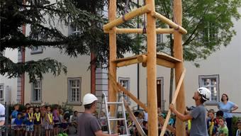Mitarbeiter vom Murimoos lieferten gestern den neuen Kletterbaum für das Schulhaus Kloster. Nicola Imfeld