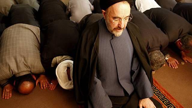 Der iranische Reformpolitiker Chatami bei einem Mittagsgebet (Archiv)