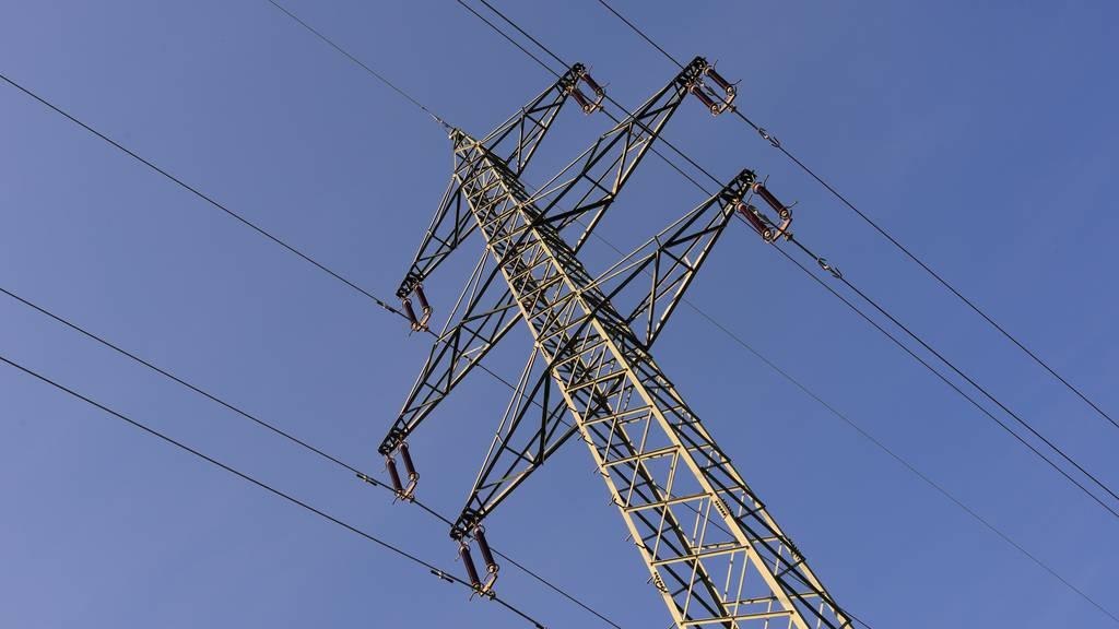 Arbeiter fährt mit Maschine in Stromleitung