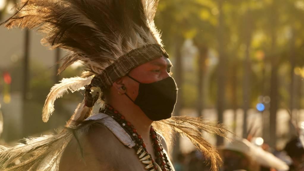 Ein indigener Mann nimmt an der Protest-Veranstaltung «Luta pela Vida» (dt. «Kampf für das Leben») zum Schutz indigener Gebiete teil. Der Oberste Gerichtshof Brasiliens (STF) hat eine für Mittwoch angesetzte wegweisende Entscheidung über die Landrechte von Indigenen erneut verschoben. Foto: Eraldo Peres/AP/dpa