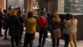 Multaka: Menschen mit Fluchthintergrund laden auf Spaziergängen durch das Bernische Historische Museum dazu ein, Objekte anders zu betrachten, neue Perspektiven zu gewinnen und Gegenwartsbezüge zu knüpfen.