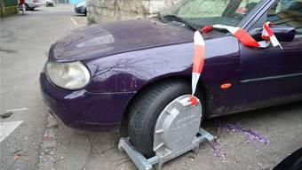 Dürfen Polizisten Schuldner mittels Kralle am Auto zum Abholen einer Betreibungsurkunde zwingen? Das musste gestern das Gericht klären.