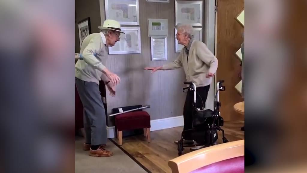Wiedersehen nach sieben Monaten: Britisches Rentnerpaar verzückt das Internet