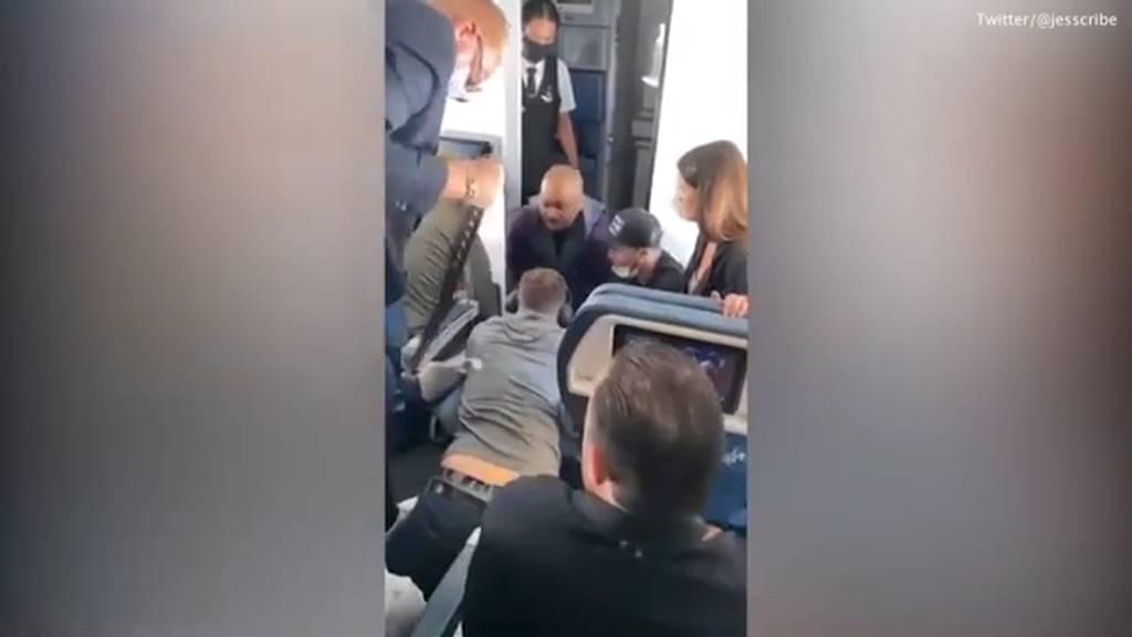 Randalierer auf Flug versucht in Cockpit einzubrechen