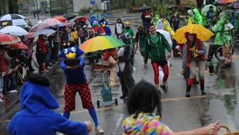 Kostümierte Teilnehmer tragen zur ausgelassenen Stimmung bei. Im Bild die Globis in Therwil von 2012.
