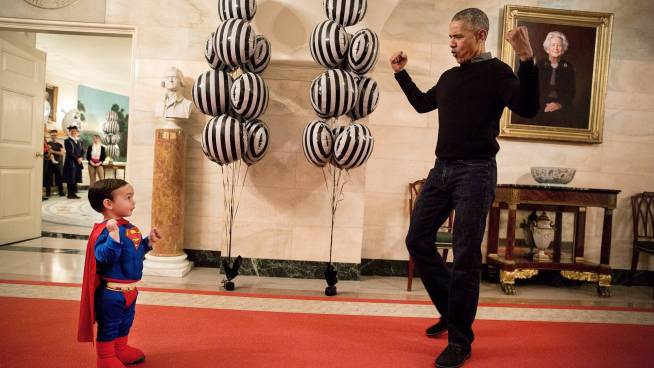 Oktober 2016: Obama begrüsst Superman Walker Earnest an Halloween.