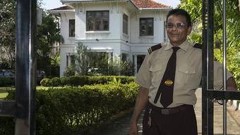Ein Sicherheitsbeamter vor der Schweizer Botschaft in Colombo. (Archivbild)
