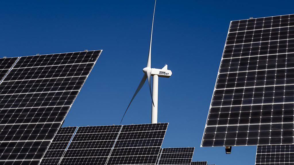 Bis 2050 will der Kanton Waadt die Hälfte des Energiebedarfs aus erneuerbaren Energien wie Solarzellen, Holz, Geothermie, Wärmepumpen oder Windenergie gewinnen. (Archivbild)