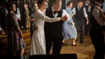 Bräutigam Gody Studer (Dominique Müller) mit Braut Pia (Judith Koch) an der Hochzeitsfeier.