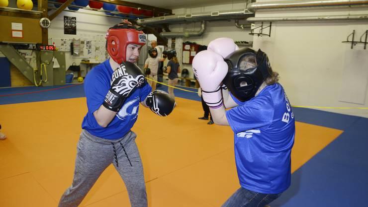 Zwei junge Boxerinnen, Lara Zeh (links) und Tabea Fusina, zeigen, wie Leichtkontakt-Boxen geht.