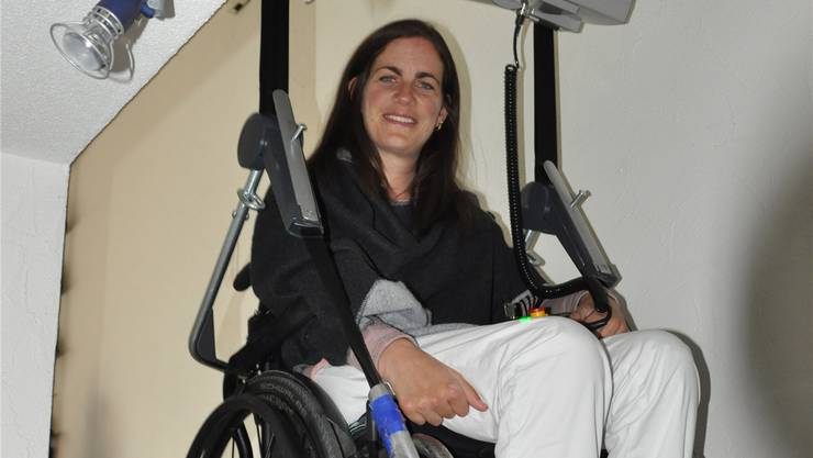 Der Rollstuhl wird zum Sessellift: Früher ist Corina Hofmänner diese Treppenstufen ohne Hilfe emporgeschritten. Morgen nimmt sie zum ersten Mal an einem Rennen teil. DEG