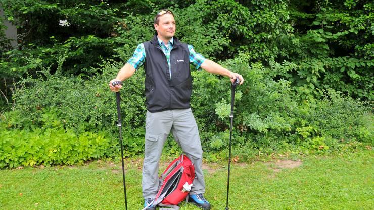 Philipp Schluep, ausgerüstet mit einer modernen Wanderausrüstung.