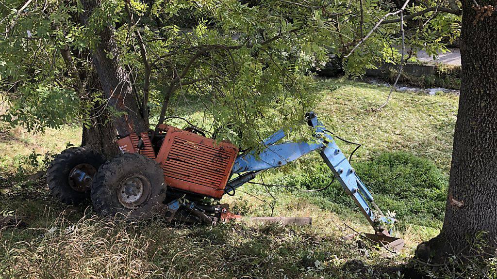 Der Schreitbagger kam offenbar bei einem Wendemanöver von der Naturstrasse ab, kippte einen Abhang hinunter und und kam an einem Baum zum Stillstand.