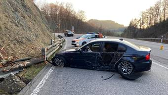 Ein BMW-Fahrer geriet in Läufelfingen ins Schleudern und verunfallte.