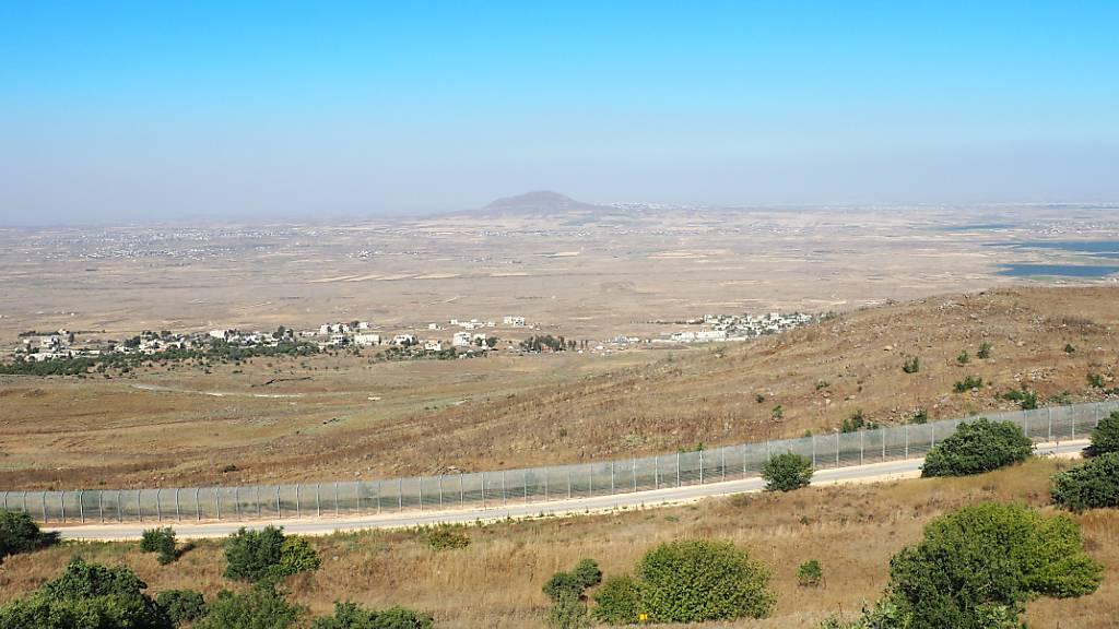 ARCHIV - Blick von einem Hügel in Israel über den Grenzzaun nach Syrien und den Ort Birajam mit rund einem Dutzend Zelten von syrischen Flüchtlingen. Foto: Stefanie Järkel/dpa