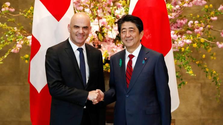 Bundespräsident Alain Berset (l.) und Japans Premierminister Shinzo am Donnerstag in Tokio.