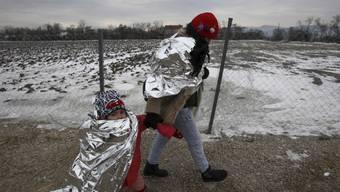 Flüchtlinge harren in der Kälte Mazedoniens aus.