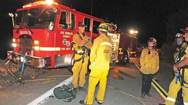 Kalifornische Feuerwehrleute planen die Rettung auf der Lake Hughes Road