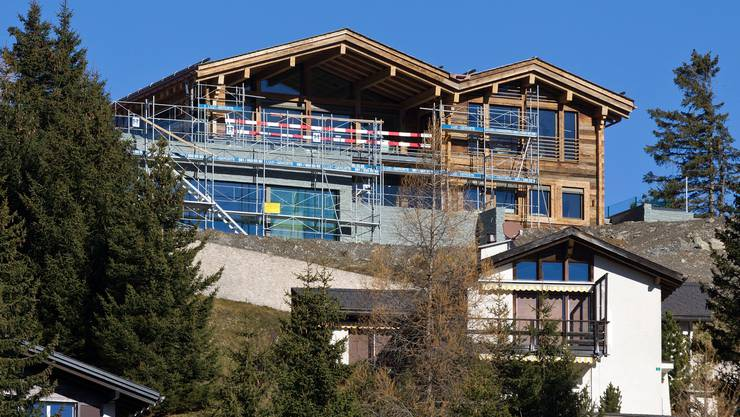 Hauptwohnsitz der Familie Federer ist das Doppel-Chalet Bellavista A und B am Hügel Sartons in Valbella. Das Grundstück ist 8000 Quadratmeter gross und soll 5,4 Millionen Franken gekostet haben. Der Bau der Chalets 6 Millionen.