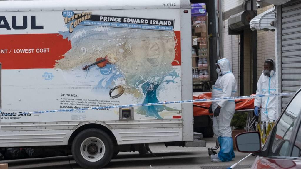 Platzmangel bei Bestatter: Dutzende Leichen in Lastern gelagert