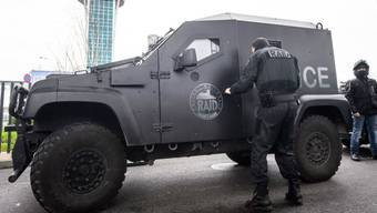 Die französische Antiterroreinheit RAID sichert den Pariser Flughafen Orly.