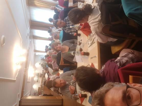 Die Teilnehmer geniessen auf dem Schiff einen feinen Kaffee und ein Gipfeli. Im Restaurant Weisses Rössli wurde ihnen ein liebevoll zubereitetes Mittagessen serviert.