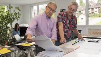 Andreas Suhr (links) in seinem neuen Büro in Frick. Er findet Frick viel «bodenständiger» als die Stadt Zürich.