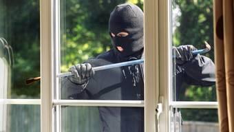 Der Einbrecher hatte eine Scheibe des Restaurants eingeschlagen. (Symbolbild)